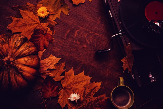 Glücklicher danksagungsherbsthintergrund mit kürbis, blumen, tasse kaffee