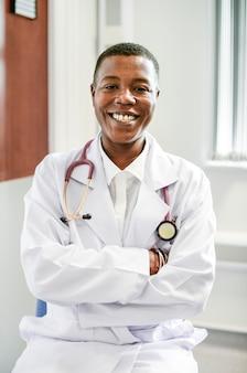 Glücklicher doktor in einem krankenhaus
