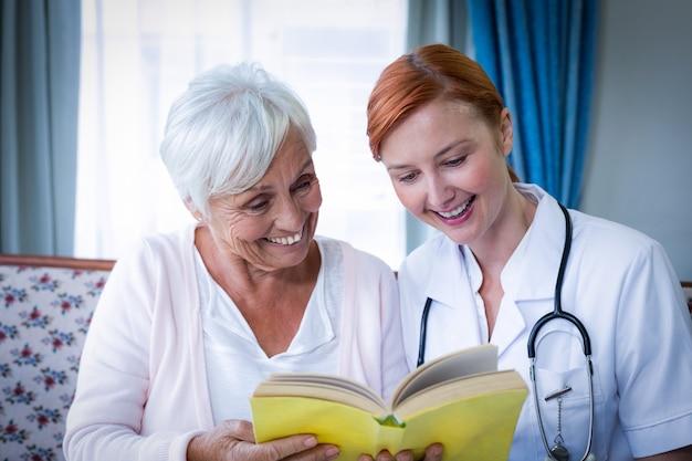 Glücklicher doktor und patient, die ein buch liest