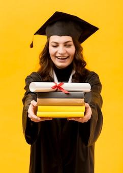 Glücklicher doktorand mit diplom