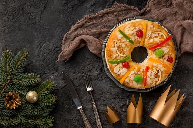 Glücklicher dreikönigstag leckerer kuchen auf stoff draufsicht