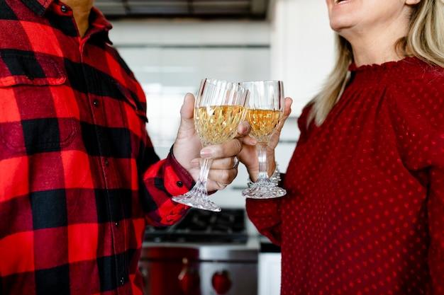 Glücklicher ehemann und ehefrau feiern zusammen festliche winterferien