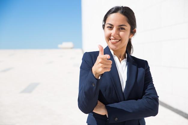 Glücklicher ehrgeiziger personalmanager, der sie wählt