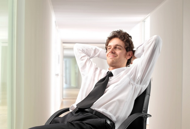 Glücklicher entspannter geschäftsmann