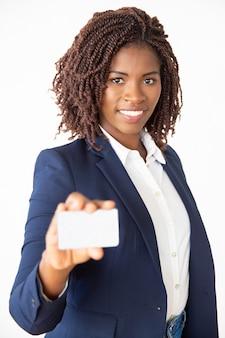Glücklicher erfolgreicher bankdirektor, der kreditkarte annonciert
