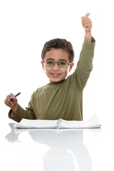 Glücklicher erfolgreicher junger schüler, der studiert