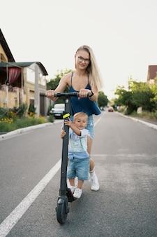 Glücklicher familienroller in der nachbarschaft auf der straße.