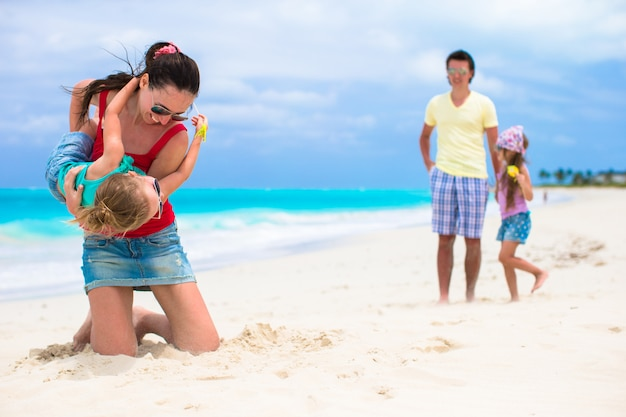 Glücklicher familienurlaub am karibischen perfekten strand