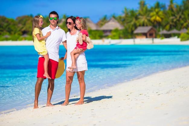 Glücklicher familienurlaub