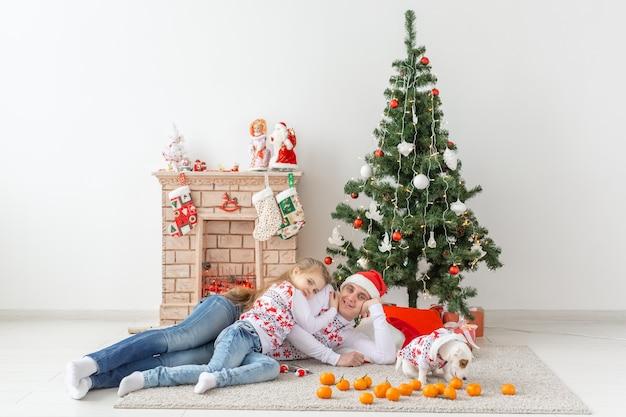 Glücklicher familienvater und kind am weihnachtsbaum zu hause