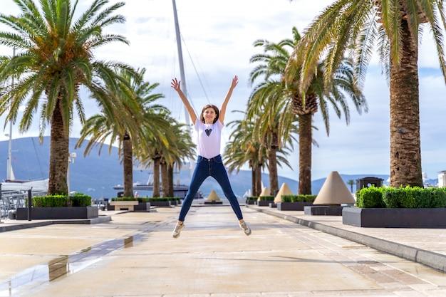 Glücklicher frauensprung als ein symbol der freiheit auf see in montenegro