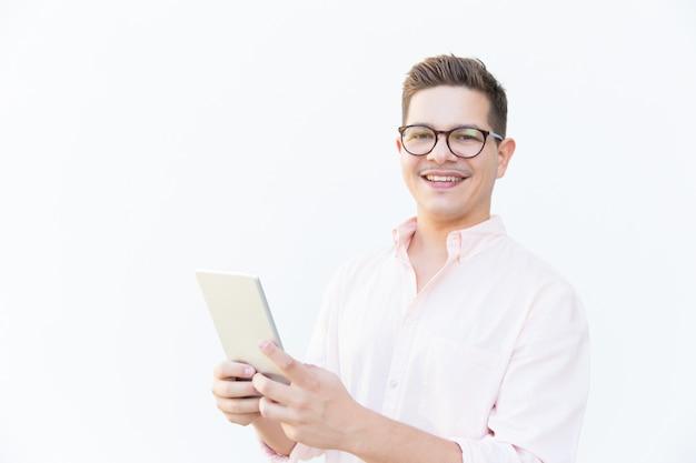 Glücklicher freundlicher app-entwickler, der mit tablette aufwirft