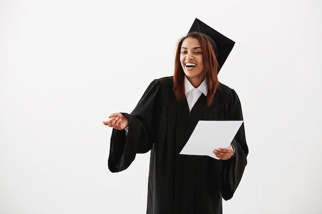 Glücklicher fröhlicher afrikanischer frauen-junggesellenabsolvent, der lachend lachend während der annahme-rede hält test.