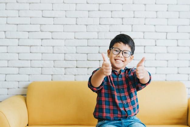 Glücklicher fröhlicher asiatischer junge
