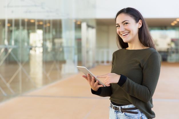 Glücklicher froher kunde, der auf tablette online erhält