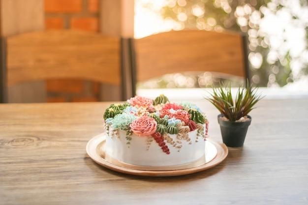Glücklicher geburtstag mit einem blumenkuchen