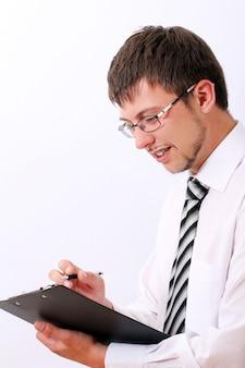 Glücklicher geschäftsmann füllt dokumente