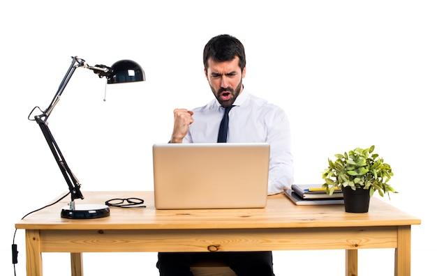 Glücklicher geschäftsmann in seinem büro