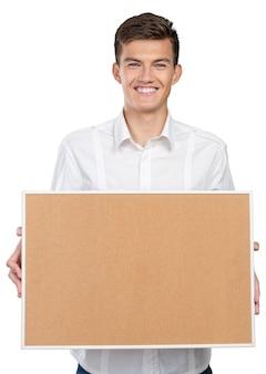 Glücklicher geschäftsmann mit corkboard