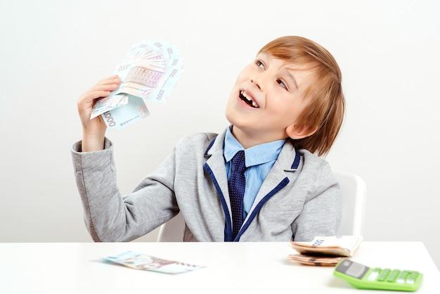 Glücklicher geschäftsmann mit geld bargeld