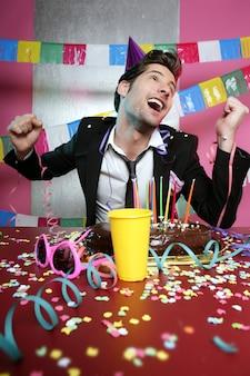 Glücklicher gestenmann in der feiertagsparty