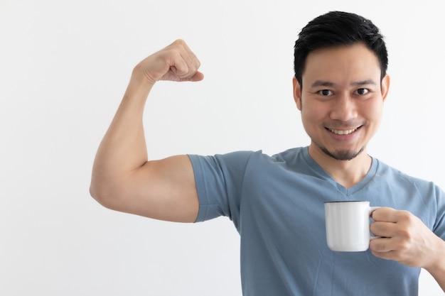 Glücklicher gesunder mann trinkt gesunden kaffee auf lokalisiertem hintergrund