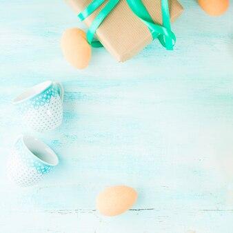 Glücklicher grüner pastellhintergrund ostern ärgert geschenkschalen copyspace