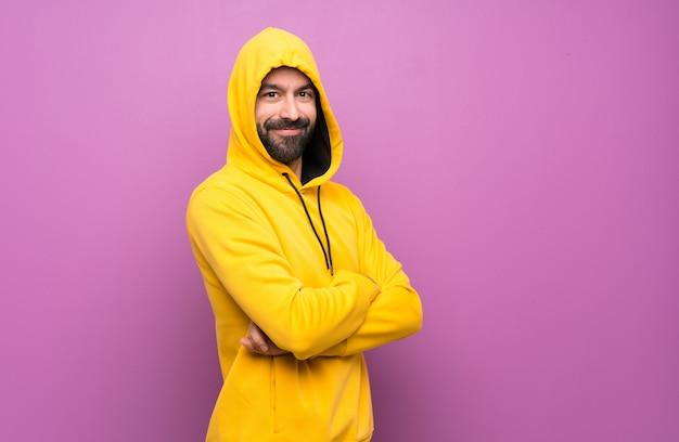 Glücklicher gutaussehender mann mit gelbem sweatshirt