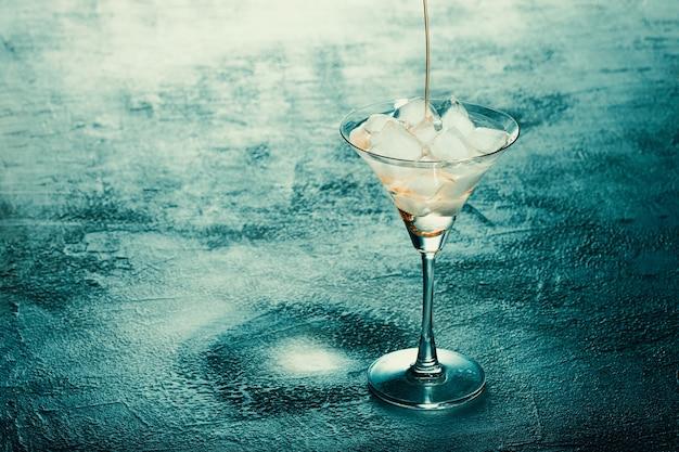 Glücklicher halloween-horrorcocktail alkoholisches getränk mit eis auf einem hellen tischbanner