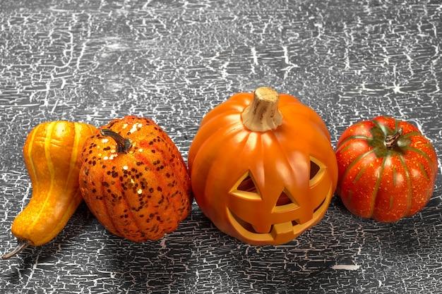 Glücklicher halloween-kürbis auf dem tisch im haus.