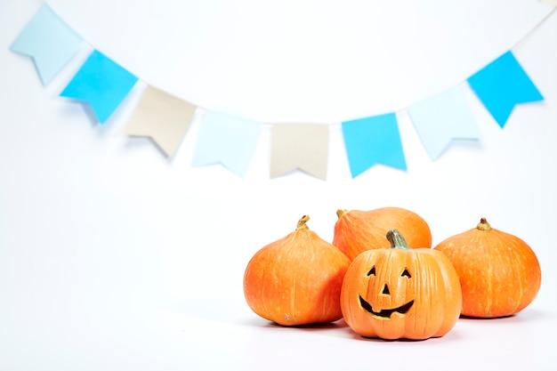 Glücklicher halloween-kürbis auf weiß