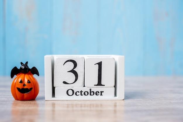 Glücklicher halloween-tag mit kalender und kürbis am 31. oktober