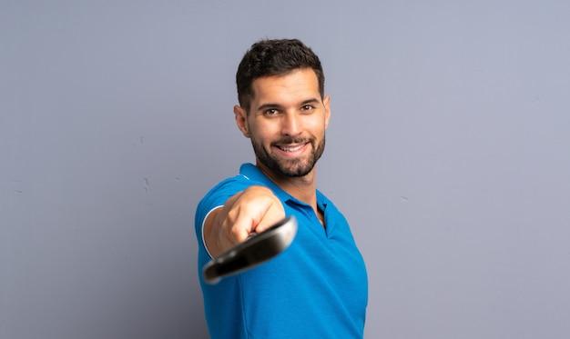 Glücklicher hübscher junger golfspielermann
