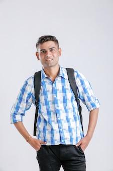 Glücklicher indischer college-junge mit holdingbeutel