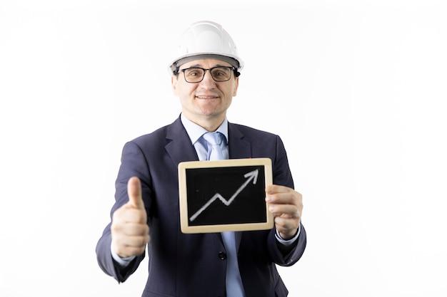 Glücklicher ingenieur hält zeichen mit pfeil nach oben steigenden ölzitaten und zeigt wie zeichen