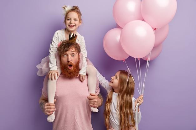 Glücklicher internationaler kindertag. kinder haben spaß im urlaub mit papa