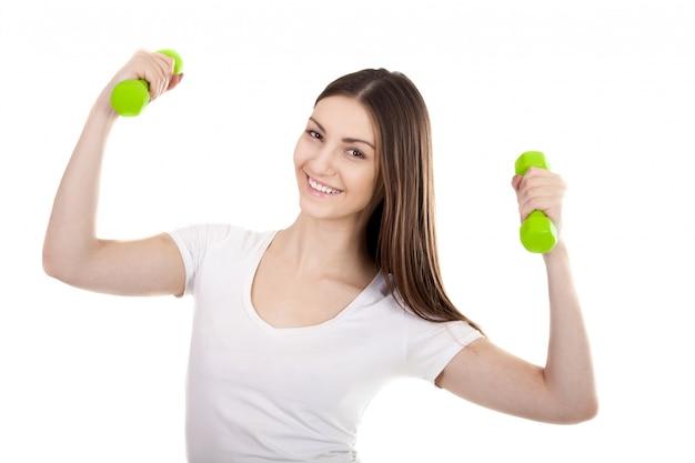 Glücklicher jugendlicher arbeitet mit gewichten