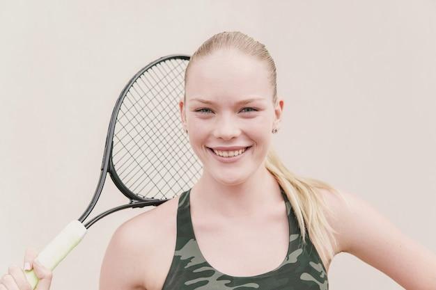 Glücklicher jugendlicher mädchen-tennisspieler, gesundes training der jungen athleten, aktives wohlfühlkonzept