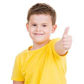 Glücklicher junge, der daumen hoch geste zeigt. auf weiß aufgesetzt