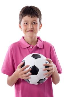 Glücklicher junge, der fußball auf einem über weißen hintergrund hält