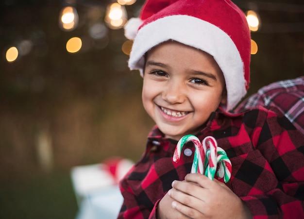 Glücklicher junge, der weihnachten feiert