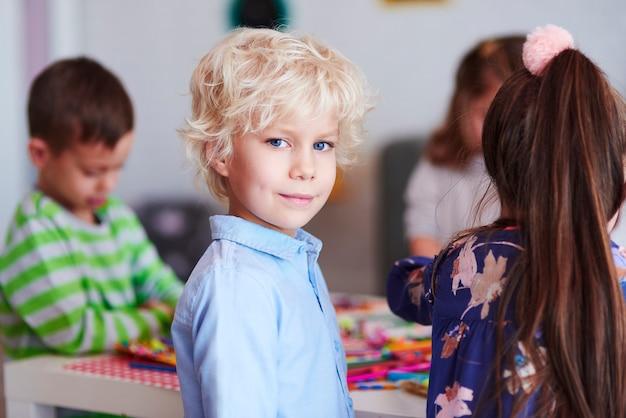 Glücklicher junge im blauen hemd
