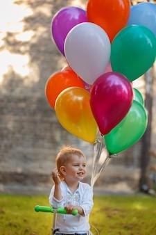 Glücklicher junge mit buntem ballon.
