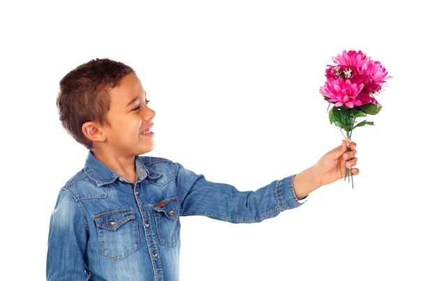 Glücklicher junge mit einem schönen blumenstrauß von rosa blumen
