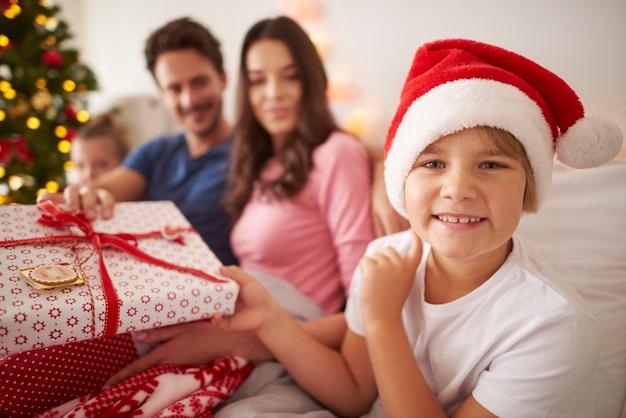 Glücklicher junge mit familie in der weihnachtszeit