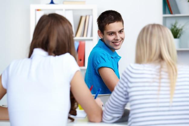 Glücklicher junge mit ihren freunden in der klasse