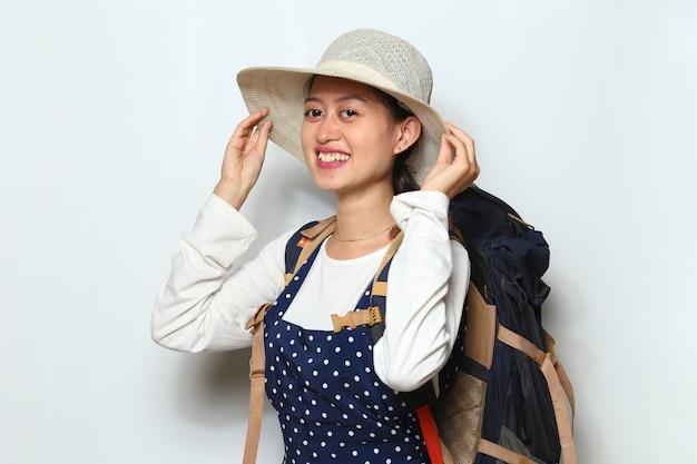 Glücklicher junger asiatischer frauentourist auf weißem hintergrund