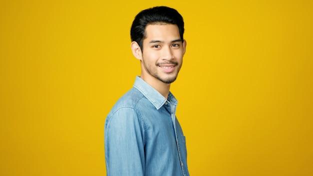 Glücklicher junger asiatischer mann im hemd lokalisiert