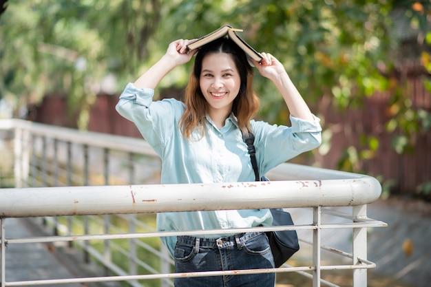 Glücklicher junger asiatischer universitätsstudent