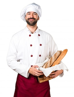 Glücklicher junger bäcker hält etwas brot